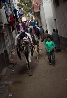 Dos turistas, en una calle cercana a las pirámides. | AP