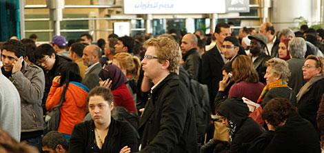 Los turistas se agolpan en el aeropuerto para marcharse del país. | AP/Victoria Hazou