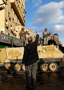 Un manifestante, ante un tanque. Reuters