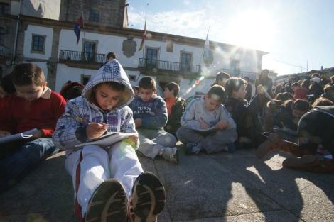 Los niños, concentrados el lunes ante el consistorio. | A. G.