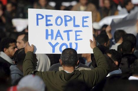 Un manifestante egipcio sujeta una pancarta contra Hosni Mubarak. | Efe