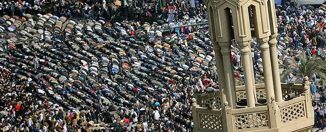 Los manifestantes rezan en la plaza de Tahrir durante la masiva protesta contra Mubarak. | Efe