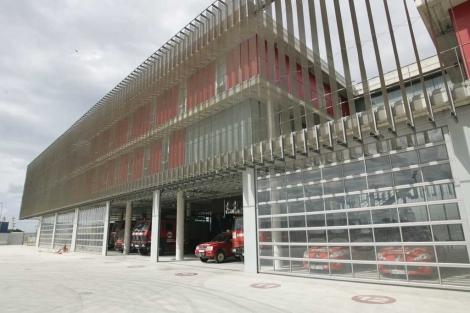 Fachada del parque de bomberos de Palma.   Jordi Avellà