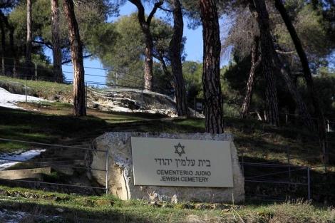 Uno de los paneles del cementerio judío de Segovia.   Rosa Blanco