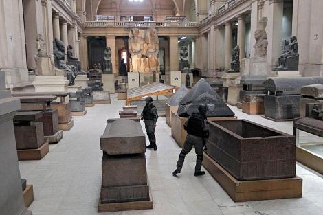El ejército vigilando el Museo Nacional Egipcio de El Cairo, el pasado lunes. | Ap