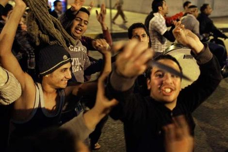 Seguidores de Mubarak salen a las calles de El Cairo en los enfrentamientos. | Ap
