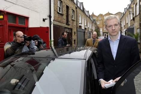 Julian Assange posa ante la prensa, en Londres.   Reuters