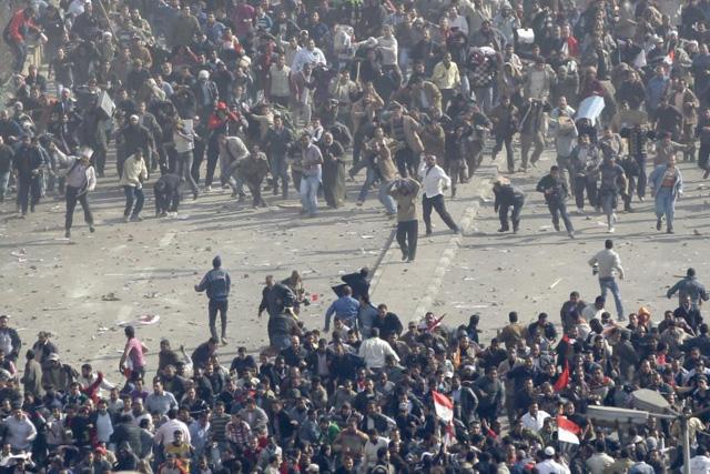 Partidarios y detractores de Mubarak chocan junto a la Plaza Tahrir.   Ap