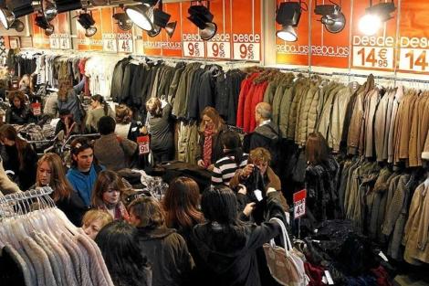 Primer día de rebajas en una tienda en Barcelona.| Antonio Moreno.