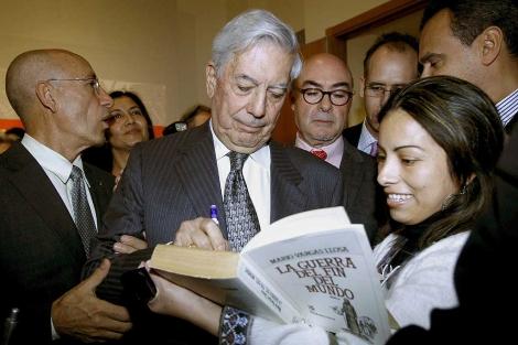 Vargas Llosa firma autógrafos en Estocolmo, donde recibió el Premio Nobel. | Efe