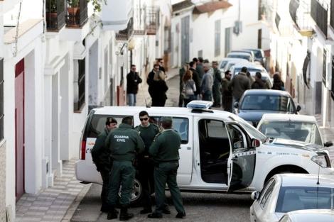 Guardias civiles esperan que termine el registro de la casa del menor. | Efe