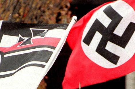 Dos banderas nazis, en Estados Unidos, en 2005. | AP