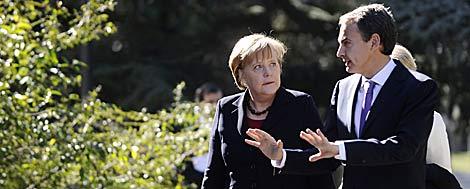 Zapatero y Merkel, en los jardines de Moncloa.   AFP