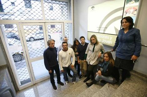 Algunos de los trabajadores encerrados en la sede de Inturjoven. | Esther Lobato