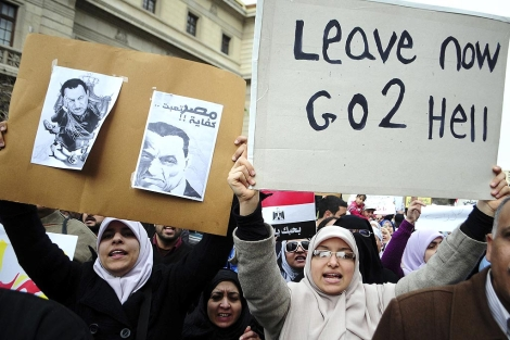 Egipcias participan en una protesta contra Mubarak en El Cairo.   Foto: AP