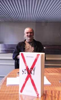 El autor, con 'Sorry'.   Elena Blanco