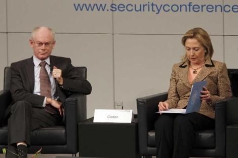 Van Rompuy, junto a Clinto, en la conferencia. | afp