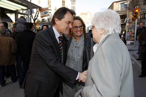 El 'president' Artur Mas saluda a una simpatizante en Molins de Rei (Barcelona). | Antonio Moreno