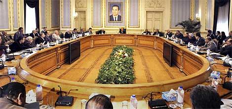 Imagen de la reunión en El Cairo. Una foto de Mubarak preside la sala.| Ap