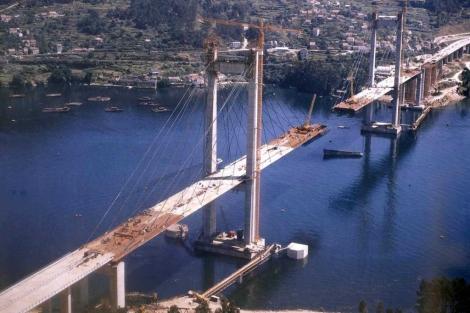 El puente, en plena construcción, en 1977. | Audasa