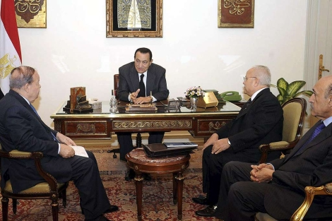 Mubarak, reunido con miembros del nuevo gabinete. | Efe