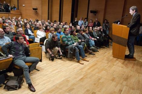 Íñigo Iruin (sentado, a la izquierda) escucha la intervención de Rufi Etxeberría. | Mitxi