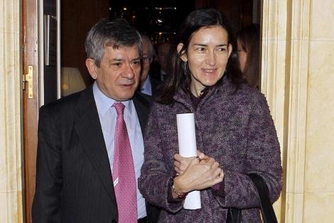 La ministra de Cultura, junto al ex presidente del Parlamento Europeo Enrique Barón. | Efe