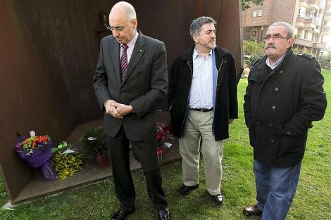 Rodolfo Ares, Jesús Eguiguren y el alcalde de Andoain, Estanis Amuchastegui. | Efe