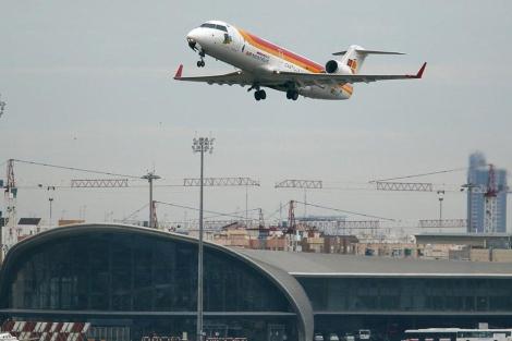 Un vuelo comercial de Iberia despega desde el aeropuerto de Manises | Efe