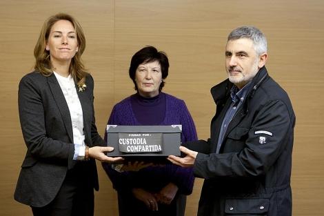 Arantza Quiroga recoge las firmas de manos de Liduidina Vega y Juan Sáinz de la Maza. | Efe
