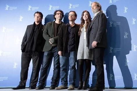 Los hermanos Coen (segundo y tercero por la izquierda), con los actores de 'True Grit'.   Reuters