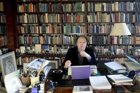 El escritor Javier Marías en su domicilio en Madrid. | Efe