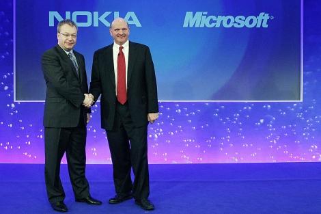 Los consejeros delegados de Nokia, Stephen Elop (izda.), y Microsoft, Steve Ballmer (dcha.) en la presentación del acuerdo, en Londres.   Reuters
