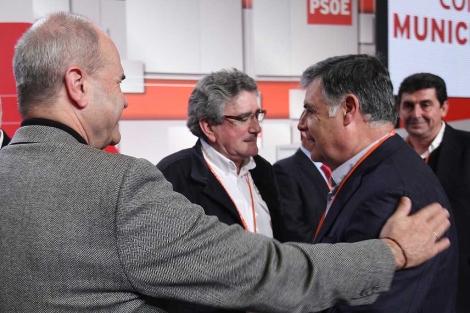 Manuel Chaves saludando cordialmente al candidato hispalense, Juan Espadas. | Conchitina