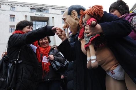 Un manifestante con una careta de Berlusconi, en Nápoles.| Afp