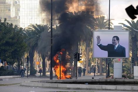 Simbólica imagen de una calle de la capital durante los disturbios. | Afp