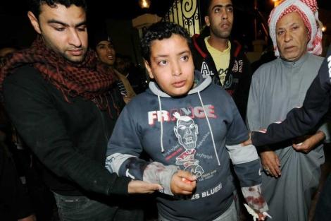 Un niño herido en los choques entre policías y manifestantes en Bahrein. | Efe