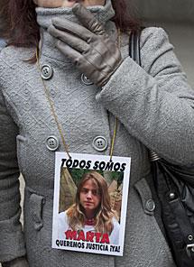 Una manifestante, durante la vista. | Efe
