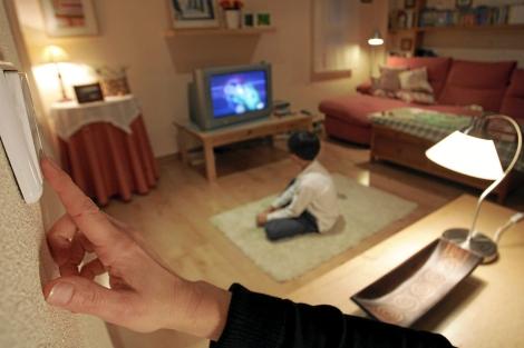Una mano apaga un interruptor de la luz. | El Mundo