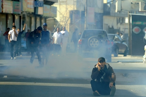 Un manifestante resiste en Manama a pesar de los gases lacrimógenos.   Efe