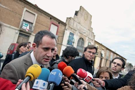Jorge Alarte atiende a los medios en el barrio del Cabanyal. | Efe