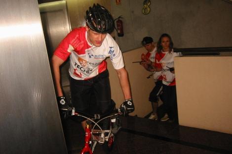 El ciclista, en un momento del ascenso a la cumbre del hotel. | E.M.