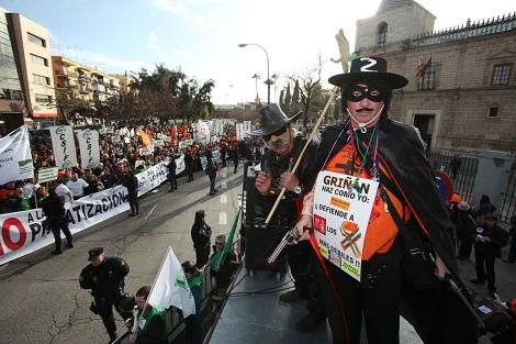 Varios manifestantes disfrazados, durante la protesta de funcionarios en el Parlamento. | Efe