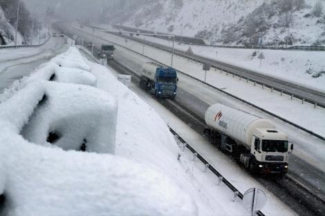 Varios camiones circulan por la A-6, en Pedrafita (Lugo). | Eliseo Trigo