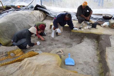 Los paleontólogos trabajan en el yacimiento tanzano.