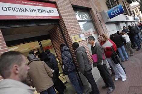 Cola a la puerta de una oficina del Inem. | Óscar Monzón