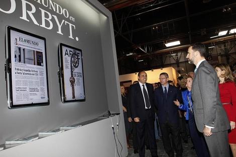 Los Principes de Asturias visitan el stand de El Mundo. Foto: Antonio Heredia