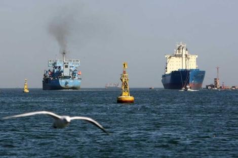 Dos barcos se disponen a cruzar el Canal de Suez. | Afp