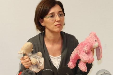 La madre de las niñas, Irina Lucidi, con los muñecos de sus hijas. | Ap