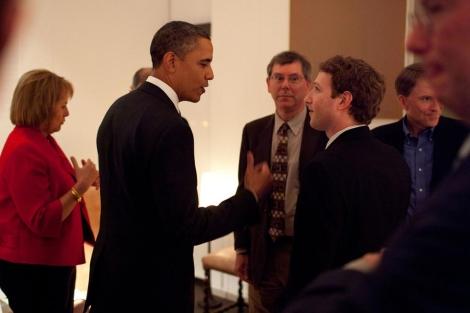 Obama charla con Mark Zuckerberg ante la mirada de Eric Schmidt.   Gobierno de EEUU.
